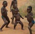 Африканские дети танцуют