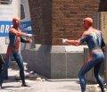 Человек паук показывает на человека паука