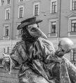 Чумной доктор держит череп