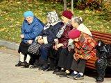 мем Бабушки у подъезда