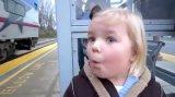 мем Девочка, ждущая поезд