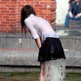 мем Девушка в фонтане