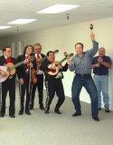 мем Илон Маск танцует с маракасами