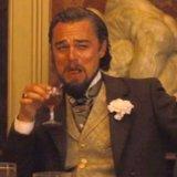 мем Леонардо Ди Каприо смеется с бокалом в руке