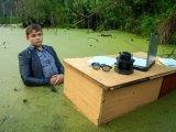 мем Школьник в болоте