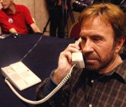 Чак Норрис говорит по телефону