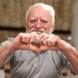 Дед Гарольд показывает сердечко