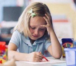 Девочка рисует и плачет