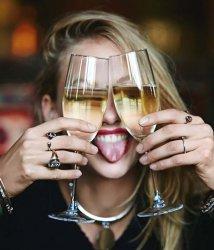 Девушка и бокалы вина