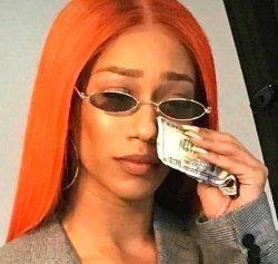 Девушка плачет и вытирает слезы долларами