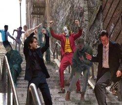 Джокер и все танцуют на лестнице