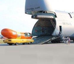 Хот-дог автомобиль и огромный самолет