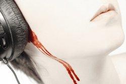 Из ушей течет кровь