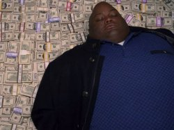 Негр лежит на деньгах
