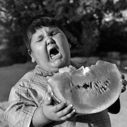 Ребенок с арбузом