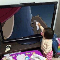 Рука ребенка вытирает слезы
