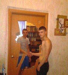 Рукопожатие через дверь