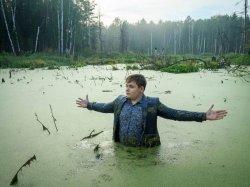 Школьник в болоте разводит руками