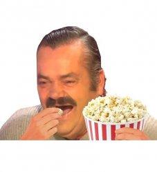 Смеющийся испанец с попкорном