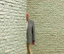 Спрятался за стеной из денег