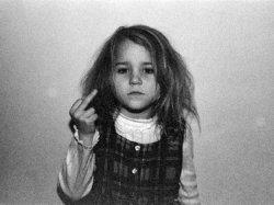 Средний палец маленькой девочки