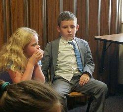 Уставший ребенок с галстуком