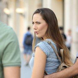Женщина с мужчиной смотрит на другого мужчину